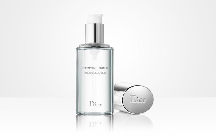 Descubra Limpiador de pinceles, disponible en la boutique en línea de la Maison Dior. Vídeos, tutoriales de y consejos de belleza en el sitio web de Dior.