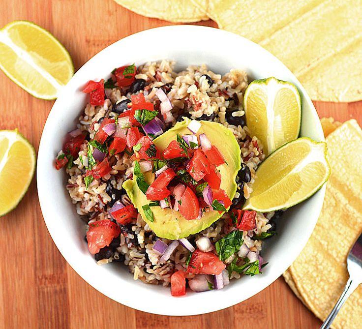 Avocado Reisschüsseln mit schwarzen Bohnen-Tomaten-Salsa