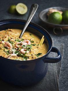 Thailändsk fiskgryta 6 personer Tid: 40 minuter  Röd curry, citrongräs, ingefära och kokosmjölk gör den här grytan till en härlig, krämig och het favorit.  3 citrongräs 1 msk olja 3...
