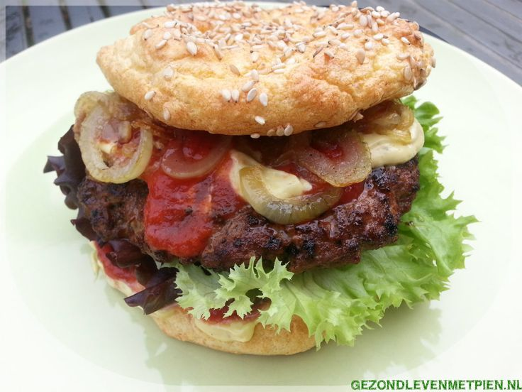 Broodje hamburger, koolhydraatarm en glutenvrij Zo af en toe is een broodje hamburger toch wel heerlijk om weer eens te eten. Moet kunnen toch? Zeker met dit recept :)