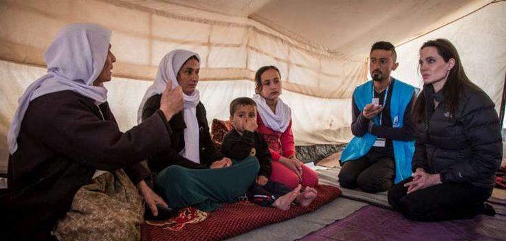 En Grecia, Angelina Jolie visitó campamentos de refugiados - http://www.absolutgrecia.com/en-grecia-angelina-jolie-visito-campamentos-de-refugiados/