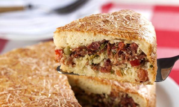 O Bolo Salgado de Fubá com Carne Seca é fácil de fazer, delicioso e perfeito para o lanche da sua família. Experimente! Veja Também:Bolo Salgado de Salsic