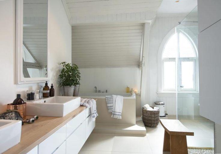 RAUST BADEROM:  Gulvet har60 x 60-fliser, mens kun dusjnisjenhar fliser på veggene. Innredningener fra Kvik. Krakken fra danskeMuubs og håndklærne fra Tine Kkommer fra Olivias Hus.Styling: Tone Kroken