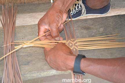 Artesano Cubeo tejiendo una guapa en tirita.  (Guainía - Colombia) Conoce más de nuestro trabajo en Mambe.org!