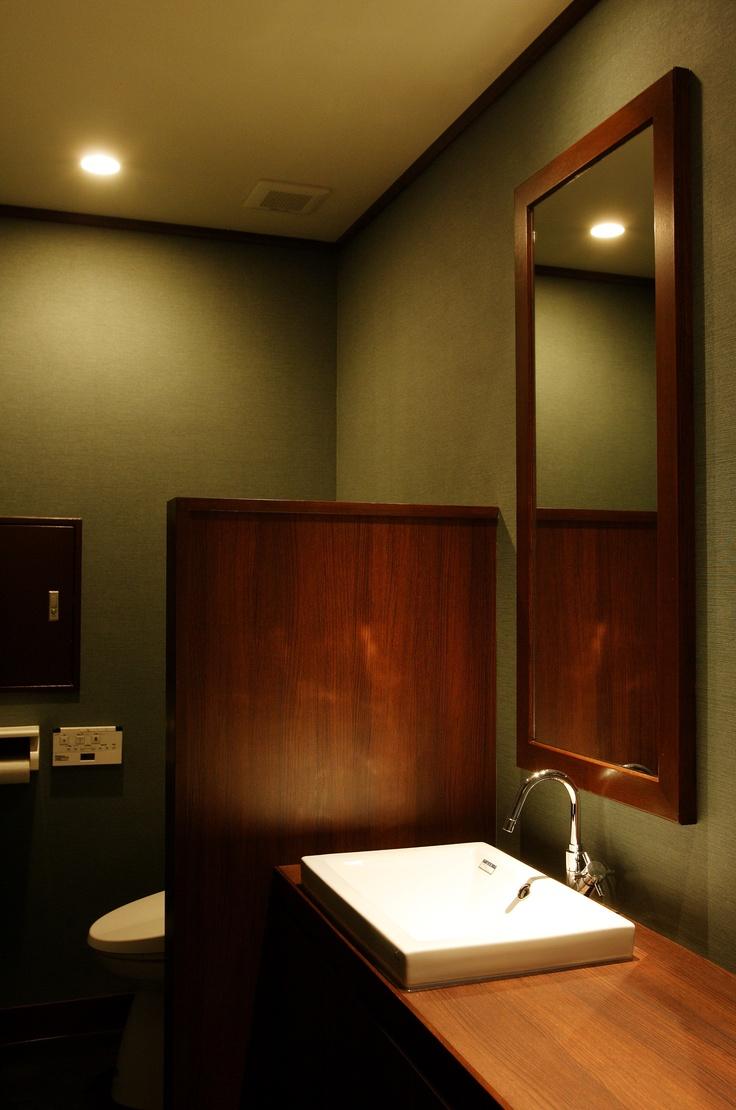 深い緑色の壁紙。黄色がかった照明や、所々にある木目部分との相性がバッチリ。