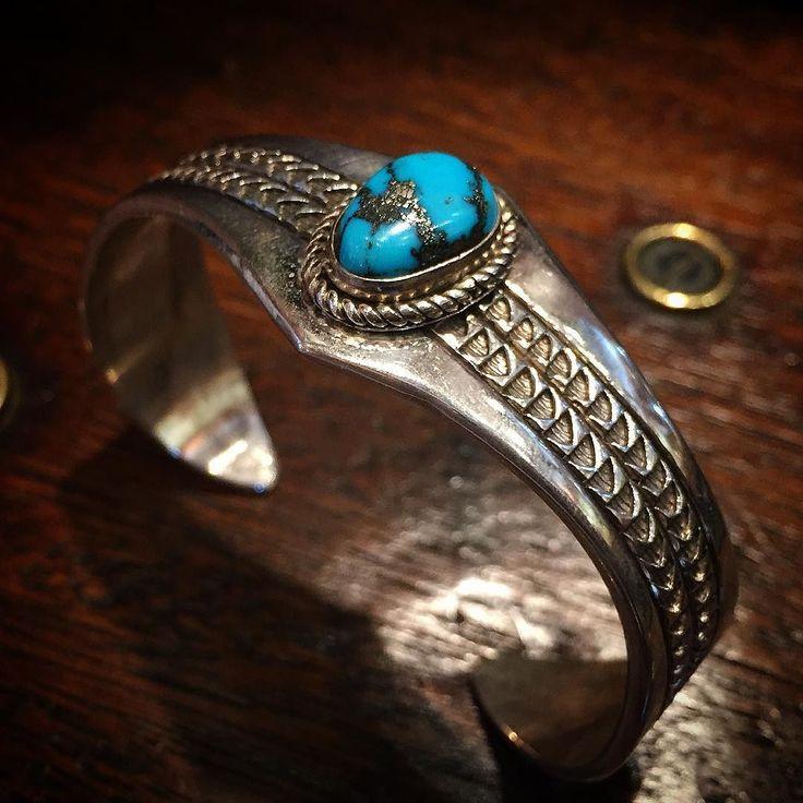 ゴールデンウィークって事でゴールドを使ったアイテム 今日はゴールドは使って無いけど愚か者の金と呼ばれるパイライトを含有したモレンシーターコイズのバングル ナバホ族Caryl woody作( )ノ #nativeamerican #navajo #navajojewelry #turquoise #turquoisejewelry #turquoisebracelet #bangle #turquoisebangle #morenci #morenciturquoise #carylwoody #stampwork #インディアンジュエリー #ナバホ #ターコイズ #ターコイズアクセサリー #ターコイズバングル #モレンシーターコイズ #モレンチ #モレンシー #バングル by corners1998