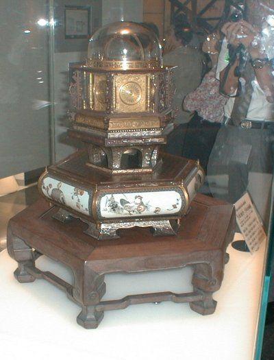 万年時計復元の過程は、以前、NHKスペシャルがとりあげていた。万年時計は久重が京都に店を構えていた1851年に3台だけ製作したもので、そのうちの1台は3階に展示されている。久重は製作にかかる前に、土御門家に弟子入りし、2年かけて西洋天文学を勉強している。万年時計は上面が太陽と月の位置を示す天球儀になっており、六角形の各面に西洋時計の時刻、和時計の時刻(季節によって一刻の長さが変わる)、月齢、二十四節気等が表示されるようになっているが、そこまで機能を盛りこむには西洋天文学の知識が必要だったのだ。