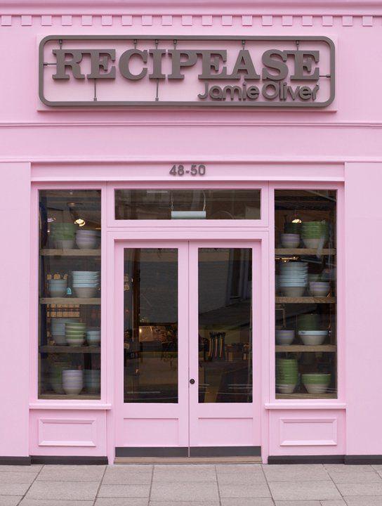 Carlos: Fachada de color rosa con un estilo actual, moderno y bastante bonito, me gusta el contraste de la fachada con el rotulo.