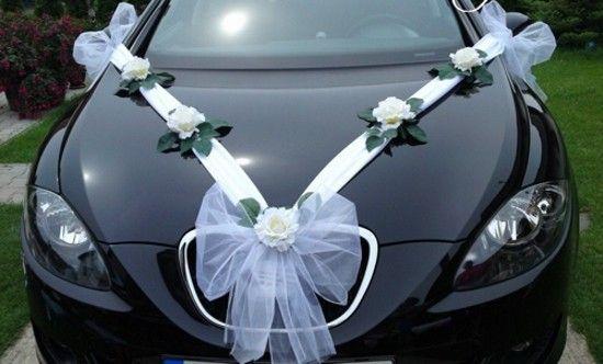bílé stuhy na svatební auto
