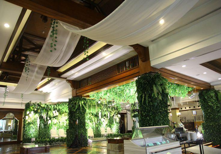 Dekorasi juntaian kain-kain off white pada plafon