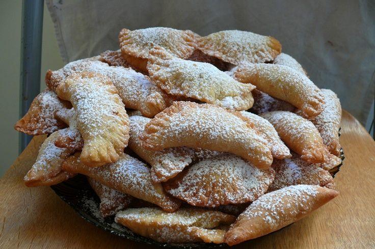 Buongiorno manca solo UN MESE a NATALE!! Io sto già pensando ai dolci tradizionali da preparare ed in particolare alle dolcissime e buonissime chinulille!