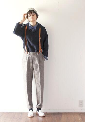 シャツに蝶ネクタイをつけて、少年のようなコーディネート。足がすらっと長いので、パンツも素敵に着こなしますね♪