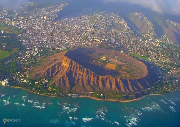 Алмазная голова – #Соединённые_Штаты_Америки #Штат_Гавайи (#US_HI) Помните, мы писали про огромный заселенный животными кратер Нгоронгоро в Танзании? А вот этот кратер, Алмазная голова, на Гавайях в конце позапрошлого столетия приспособили для своих нужд и обжили уже люди, в основном, американские военные.  #достопримечательности #путешествия #туризм http://ru.esosedi.org/US/HI/1000049201/almaznaya_golova/