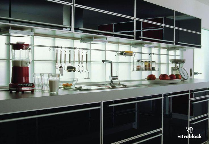 COCINAS CON ESTILO! Detalles únicos que iluminan tu casa, con la aplicación del ladrillo de vidrio Liso Satinado Neutro.  #Vitroblock #LadrillosDeVidrio #Arquitectura #Hogar #CasaIdeas #Cocina #Tendencia #Cocina