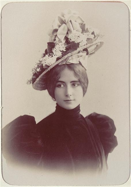 Cléopâtre-Diane de Mérode, llamada artísticamente Cléo de Mérode (París, 27 de septiembre de 1875 - ibíd., 17 de octubre de 1966) fue una bailarina de origen francés y nacionalizada belga.