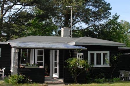 Schau Dir dieses großartige Inserat bei Airbnb an: Klassisk sommerhus skøn beliggenhed - Blockhütten zur Miete in Liseleje