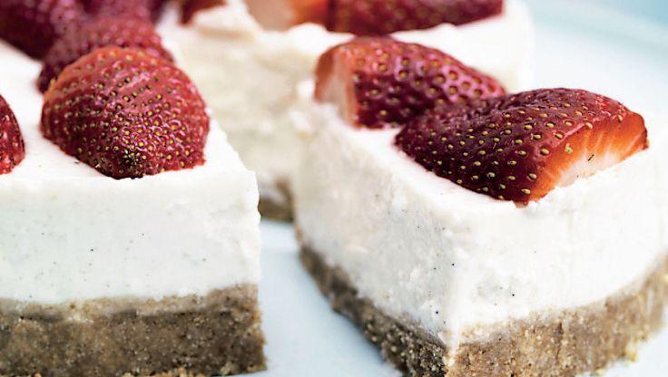 Skal der være sommerfest, kan du dresse kagen ekstra op med forskellige bær og spiselige blomster.