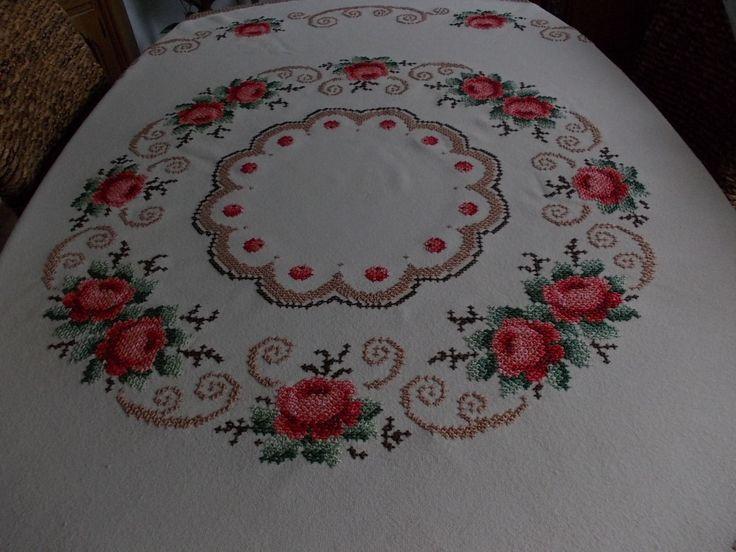 EDLE Tischdecke rund 160 cm vom allerfeinsten Rosen --Stickerei - EUR 119,00. Ein wahres Meisterstück ,und ein antikes dazu ist diese Tischdecke vom allerfeinsten Antike beige runde Tischdecke mit einer Rosen und Ornamentstickerei. üppigst und kunstvoll handgestickt und sehr dekorativ 160cm Durchmesser realistische Preisvorschläge nehme ich gern entgegen, ich möchte diese Kostbarkeit in gute Hände wissen Privatverkauf ohne Rücknahme und Garantie. Bieten Sie nur bei Einverständnis mit diesen…