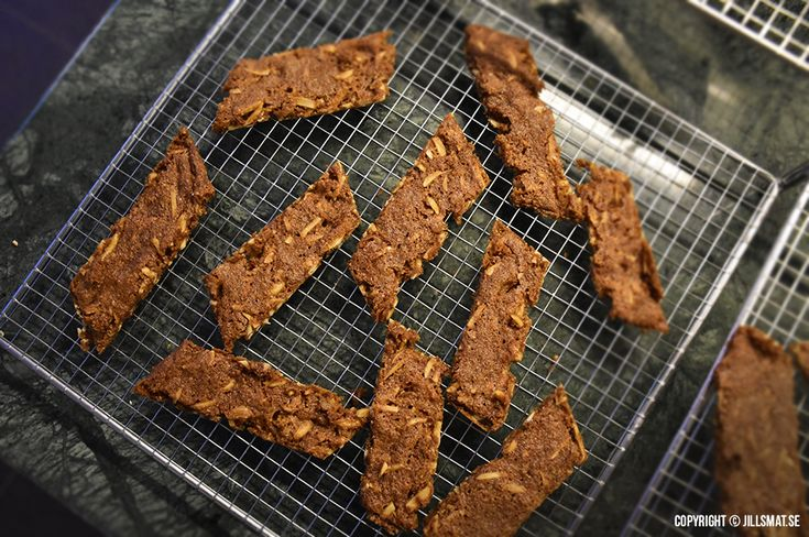 Farligt goda kakor med smak av kola och ingefära. Krispigheten kommer från fibersirapen som bland annat finns att...Läs mer
