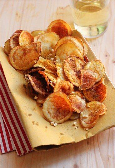 Ricette con patate - Patatine fritte con curry e aglio Ingredienti 3 patate rosse Curry qb aglio essiccato sale qb Olio di semi Procedimento Affettare sottilmente le patate con l'aiuto di una mandolina...