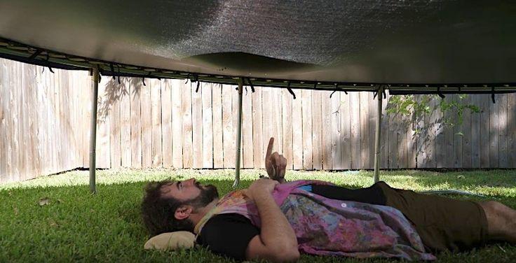 Gigantische Gartendusche in Slow Motion: Riesiger, mit Wasser gefüllter Luftballon platzt auf Trampolin  Man nehme ein Trampolin und platziere darauf einen Luftballon, der anschließend bis zum Zerbersten mit Wasser gefüllt wird. Jetzt heißt es nur no...