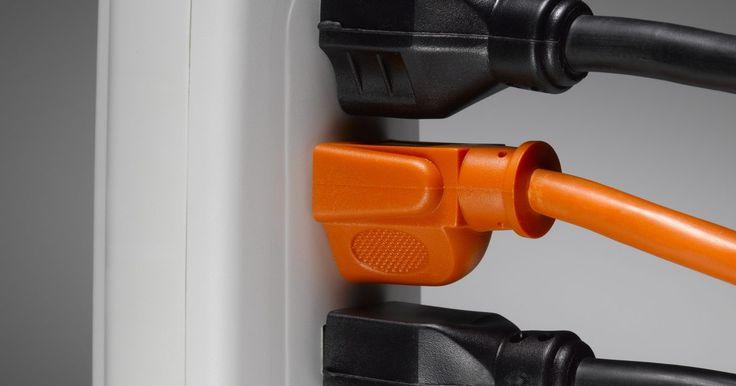 Cómo volver a conectar un cable verde, blanco y negro a un cable de extensión de tres puntas. Los cables de extensión de tres puntas pueden ser costosos, especialmente si son muy largos. Si el extremo de un cable de extensión está dañado, a menudo es más barato reemplazarlo que comprar uno nuevo. Si una sección del cable está dañado, también es posible cortar la parte dañada y añadir un nuevo conector macho o hembra en lugar de reemplazar ...