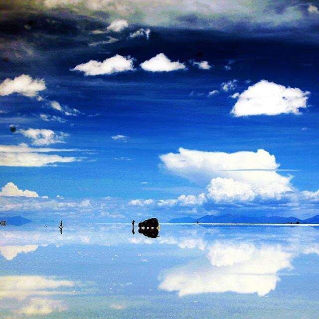 This is in #Bolivia. When I decided to travel, there were only two places that I wanted to visit for sure. The rest was whatever I feel like going in the moment. One was San Andrés and the other this: Salar de Uyuni. Stunning, breath taking, It was a dream. Please go if you can. . . . . . . . . .  #travelstoke #fotografiaunited #TravelBlog #travelstoke #MatadorN #lonelyplanet #huffpostgram #Canonphotography #GozandoEstoy #serialtraveler #iamtb  #theurbanshutter #PassportHeavy…