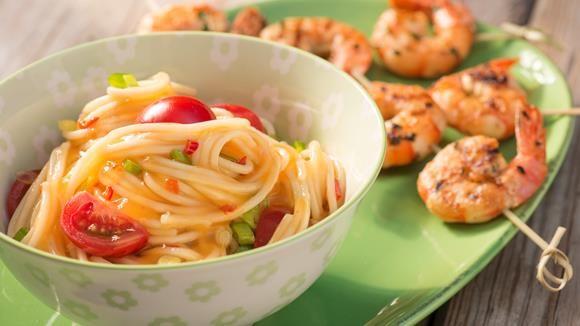 Wie wäre es mit einem Hauch Exotik auf dem Grillrost? Unsere Chili-Mango-Spaghetti überzeugen mit ihrem fruchtigen Geschmack. Perfekt dazu passen würzige Scampi. Yummi!