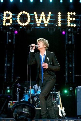 2002, David Bowie sur scène en Californie. Magnifique.