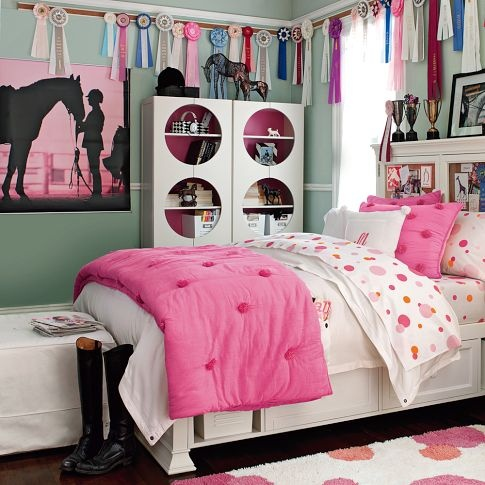 If I ever have a little girl, this will be her bedroom. I love the ribbon display...I wish I had done something like that when I was younger.