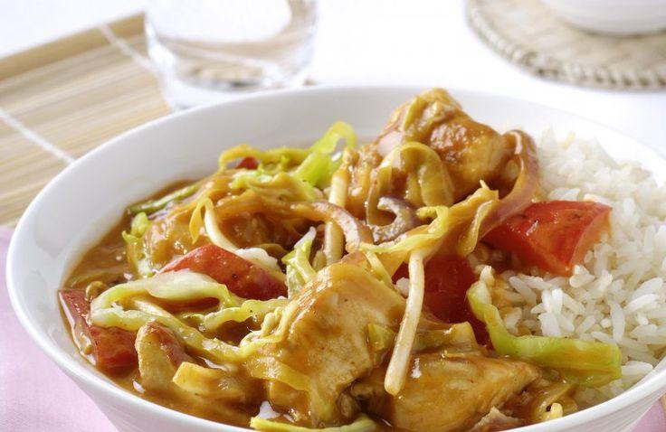 Thaise kip curry met groente en witte rijst