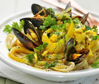 Bavette et moules au safran är franska och betyder pasta med musslor och saffran. Fisk och skaldjur tillsammans med vitt vin och saffran är en oslagbar kombination och här får ingredienserna sjuda långsamt. Fantastiska dofter sprider sig i köket och så snart pastan är kokt är det dags för servering.