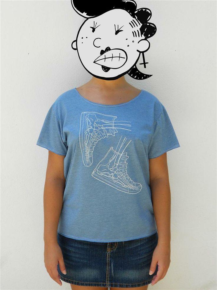 http://www.agentestampa.iluria.com  -Estampa 'BONESNEAKERS' -Camiseta feminina -Tamanho ÚNICO -Modelagem 't-shirt básica' -Decote careca -Composição do tecido: 88% poliéster 12% algodão -Aparência do tecido: mesclado