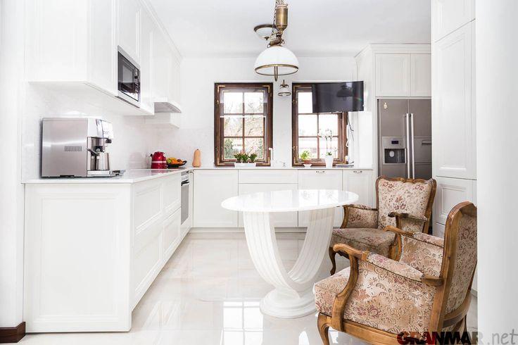 Blat kuchenny i stolik wykonany z kwarcu Victoria w przestrzennym wnętrzu otwartej kuchni... #kuchnia #kitchen #meble #furniture #quartz #wnętrze #interior