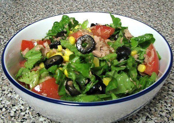 Зеленый салат с тунцом  Богатый клетчаткой салат с самой полезной и нежной рыбкой – тунцом.  Вам потребуется:  170 г тунца в собственном соку или в масле (по вкусу) 3-4 больших листа салата 2 небольших помидора 240 г сладкой кукурузы 170 г черных оливок без косточек оливковое масло и соль по вкусу  Как готовить:  1. Промойте листья салата и обсушите бумажным полотенцем.  2. Слейте жидкость из тунца и измельчите рыбу вилкой. Положите рыбу в салатник.  3. Помойте, обсушите и порежьте на…