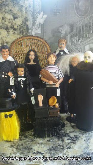 Il mio lavoro sui nove personaggi ispirati all'omonima serie televisiva vintage -La famiglia Addams-.Realizzazione a mano di outfit ed accessori attraverso materiali e tessuti di qualita',total repaint,rerooth su Mercoledi',resculpting su Pugsley e Zio Fester. Luna Grey artist one of a kind