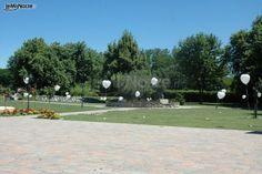 http://www.lemienozze.it/operatori-matrimonio/luoghi_per_il_ricevimento/la_tenuta_del_sole/media/foto/7 Allestimento con palloncini bianchi a forma di cuore per la location di nozze: scopri come personalizzare il tuo ricevimento!