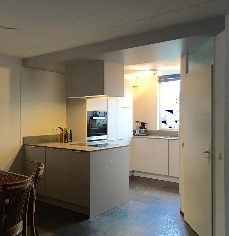 Referentie Wildhagen | Moderne U-vormige keuken. Met kastenwand en schiereiland. https://www.facebook.com/wildhagen.nl #designkeukens