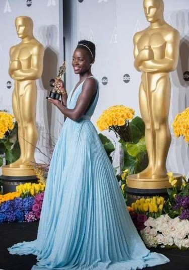 Para receber seu Oscar de melhor atriz coadjuvante em 2014, Lupita Nyong'o mostrou que era uma estrela pronta para os tapetes vermelhos. O Prada plissado entrou para a história