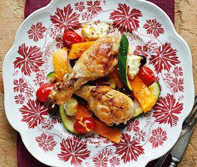 Hösthärliga smaker och en smidig allt-i-ett-rätt med kyckling. Den vackert gula pumpan bidrar med mustig sötma som gifter sig väl med den salta fetaosten. Bjud den rostade kycklingen med bulgur, couscous eller bröd att doppa i den goda skyn.