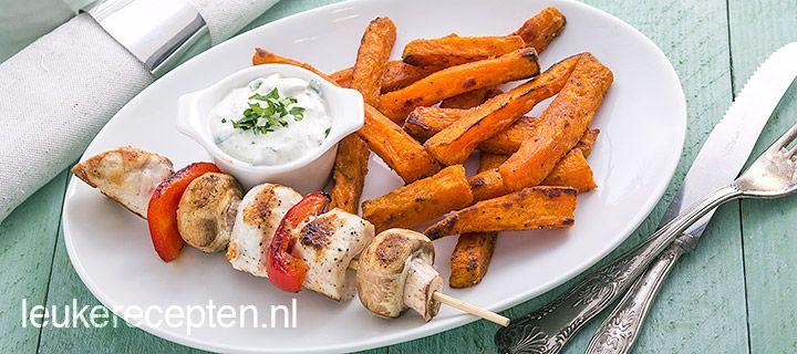 Kip-papria-champignonspies, zoete aardappelfrieten en een frisse yoghurtdip
