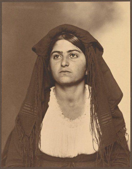 Emigrata italiana negli USA (1906 circa), ph. by Augustus Francis Sherman