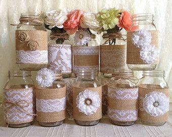 Artículos similares a 10 x arpillera rústica y encaje cubiertos vasos tarro de masón de novia nupcial ducha, compromiso, decoración, decoración de fiesta de aniversario en Etsy