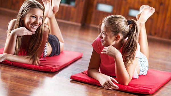 Jste líní? Převalte se z gauče na zem, kde si můžete skvěle zacvičit.