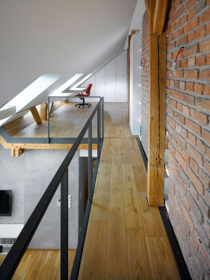 ロフトハウスの奥の勾配天井下のワークスペース