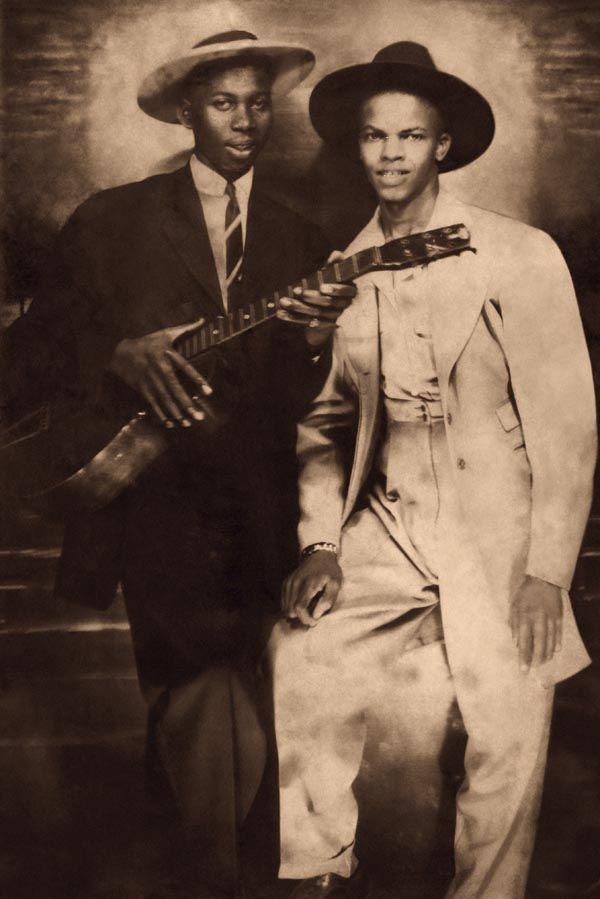 写真少年漂流記: ロバート・ジョンソンの修復写真に思うオリジナル写真とは? Legendary American Blues singer songwriter Robert Johnson (1911-1938), left, with fellow musician Johnny Shines (1915-1992), ca 1935. This image is one of only three known photographs of Johnson, has been extensively retouched. (Courtesy of the Robert Johnson Estate/Hulton Archive)