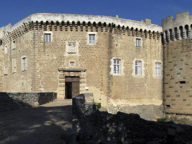 Suze la Rousse. Un château mais aussi un village #france #provence
