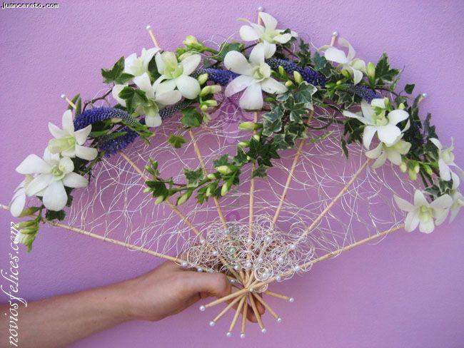 Juan Cereto, floristerías Málaga, ramo de novia en forma de abanico con orquídeas blancas y hojas de hiedra variegata