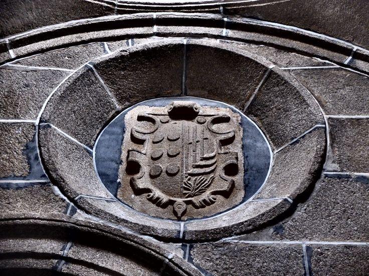 Convento de San José. Iglesia . Capilla de San Juan de la Cruz. Escudo nobiliario sobre la tumba de Diego Daza.