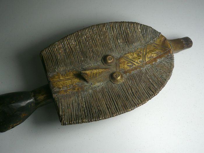 Vroeg, en hoogstwaarschijnlijk (zeldzaam!) echt tribaal gebruikte MaHongwe Osseyba reliekwachters-beeld. De MaHongwe stam wordt vaak verward met de Kota stam, hoewel hun reliek-beelden duidelijke grote verschillen tonen. Wel een grote overeenkomst is de gedeelde voorouderverering (Bwete cultus) waarbij beelden geplaatst worden in  veelal boombasten manden waarin restanten (botjes, haar) van belangrijke voorouders zijn ingesloten. Deze houten beelden, meestal rijk voorzien van koperen…